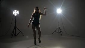 Χορεύοντας κύμα Brunette απόθεμα βίντεο