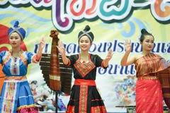 Χορεύοντας Λάος και Ταϊλανδός στα σύνορα Ταϊλάνδη Songkran φεστιβάλ - Λάος 2017 Στοκ Εικόνες