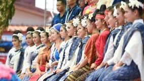 Χορεύοντας Λάος και Ταϊλανδός στα σύνορα Ταϊλάνδη Songkran φεστιβάλ - Λάος 2017 Στοκ Φωτογραφίες