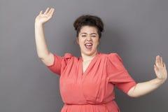 Χορεύοντας μεγάλη γυναίκα της δεκαετίας του '20 που εκφράζει τη δροσερή επιτυχία Στοκ εικόνες με δικαίωμα ελεύθερης χρήσης