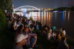 Χορεύοντας νερό - τα πολυμέσα λέιζερ παρουσιάζουν σε Δούναβη στη Μπρατισλάβα, Σλοβακία στοκ εικόνα με δικαίωμα ελεύθερης χρήσης