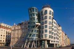 Χορεύοντας ορόσημο σπιτιών της Τσεχίας της Πράγας μπλε ουρανός ανασκόπησης Στοκ φωτογραφία με δικαίωμα ελεύθερης χρήσης