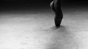 Χορεύοντας πόδια ballerinas στην αίθουσα χορού απόθεμα βίντεο