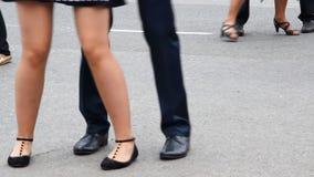 Χορεύοντας πόδια διάφορων νέων, που χορεύουν ανά τα ζευγάρια φιλμ μικρού μήκους