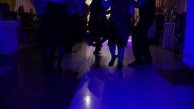 Χορεύοντας σκιαγραφίες ανθρώπων στο κόμμα disco φιλμ μικρού μήκους