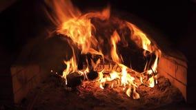 Χορεύοντας φλόγα σε μια σόμπα φιλμ μικρού μήκους