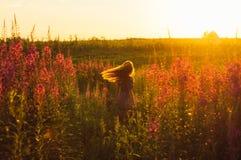 Χορεύοντας όμορφο κορίτσι στον τομέα, ήλιος backlight, ανατολή Στοκ Εικόνες