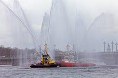 Χορεύοντας tugboats στον ποταμό Neva Θαλάσσιο φεστιβάλ των παγοθραυστών στη Αγία Πετρούπολη Στοκ Φωτογραφία