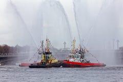 Χορεύοντας tugboats στον ποταμό Neva Θαλάσσιο φεστιβάλ των παγοθραυστών στη Αγία Πετρούπολη Στοκ εικόνες με δικαίωμα ελεύθερης χρήσης