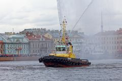 Χορεύοντας tugboats στον ποταμό Neva Θαλάσσιο φεστιβάλ των παγοθραυστών στη Αγία Πετρούπολη Στοκ Φωτογραφίες