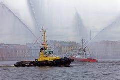 Χορεύοντας tugboats στον ποταμό Neva Θαλάσσιο φεστιβάλ των παγοθραυστών στη Αγία Πετρούπολη Στοκ εικόνα με δικαίωμα ελεύθερης χρήσης