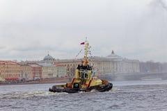 Χορεύοντας tugboats στον ποταμό Neva Θαλάσσιο φεστιβάλ των παγοθραυστών στη Αγία Πετρούπολη Στοκ Εικόνες