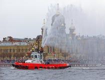 Χορεύοντας tugboats στον ποταμό Neva Θαλάσσιο φεστιβάλ των παγοθραυστών στη Αγία Πετρούπολη Στοκ φωτογραφία με δικαίωμα ελεύθερης χρήσης