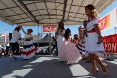 Χοροί από τη Δημοκρατία Domican στη θέση Bellecour στοκ εικόνες