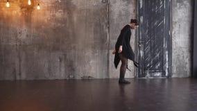 Χοροί νέοι χορογράφων στο στούντιο, κινεί τα χέρια και το σώμα της απόθεμα βίντεο