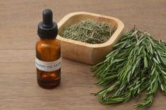 Χορτάρι της Rosemary και aromatherapy ουσιαστικό έλαιο Στοκ εικόνα με δικαίωμα ελεύθερης χρήσης