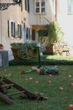 Χορτοτάπητας με τα κόκκινα μήλα και τα ζωηρόχρωμα λουλούδια στο κάστρο Strassoldo Friuli (Ιταλία) Στοκ Εικόνες