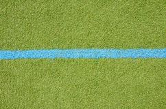 Χορτοτάπητας ποδοσφαίρου με το μπλε σημάδι παρόδων Στοκ Εικόνες