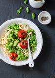 Χορτοφάγα ζυμαρικά Χορτοφάγο μεσημεριανό γεύμα - μακαρόνια με το λάχανο μπρόκολου, τα πράσινα μπιζέλια και τις ντομάτες κερασιών  Στοκ φωτογραφία με δικαίωμα ελεύθερης χρήσης