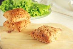 Χορτοφάγα κουλούρια και πράσινη σαλάτα στοκ φωτογραφία με δικαίωμα ελεύθερης χρήσης