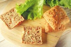 Χορτοφάγα κουλούρια και πράσινη σαλάτα στοκ φωτογραφίες με δικαίωμα ελεύθερης χρήσης
