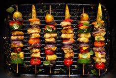 Χορτοφάγα οβελίδια με το τυρί halloumi και μικτά λαχανικά στο μαύρο υπόβαθρο Στοκ Φωτογραφία