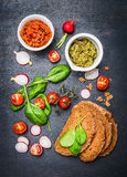 Χορτοφάγα συστατικά σάντουιτς στο σκοτεινό υπόβαθρο Στοκ εικόνες με δικαίωμα ελεύθερης χρήσης