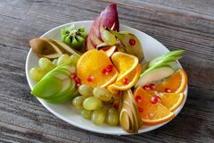Χορτοφάγα τρόφιμα: σταφύλια, τεμαχισμένα πορτοκάλια, μήλα και διάφορο frui στοκ φωτογραφία