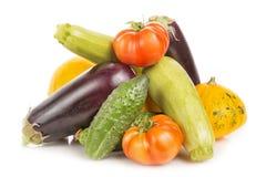Χορτοφάγα υγιή τρόφιμα με τα λαχανικά Ντομάτες, αγγούρια, κολοκύθες θάμνων, μελιτζάνες και κολοκύθια που απομονώνονται στο άσπρο  Στοκ Εικόνες