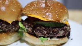 Χορτοφάγα burgers στον πίνακα απόθεμα βίντεο
