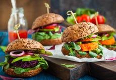 Χορτοφάγα burgers τεύτλων και καρότων Στοκ Εικόνες