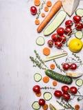 Χορτοφάγες ντομάτες τροφίμων συνόρων σε μια θέση χορταριών λεμονιών αγγουριών καρότων κλάδων για το κείμενο στην ξύλινη αγροτική  Στοκ Εικόνες
