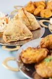 Χορτοφάγοι ινδικοί τρόφιμα ή εκκινητές στα μεταλλικά πιάτα συμπεριλαμβανομένου του samosa Στοκ Εικόνα