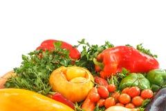 Χορτοφάγος έννοια τροφίμων ανασκόπησης φρέσκων κρεμμυδιών αγγουριών φρέσκο λευκό λαχανικών ντοματών στούντιο άνοιξη κρεμμυδιών sa Στοκ Εικόνες
