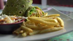 χορτοφάγος κουζίνα Περικάλυμμα Falafel, φυτική σαλάτα, και τηγανιτές πατάτες απόθεμα βίντεο