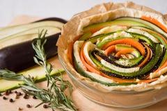 Χορτοφάγος πίτα με τις μελιτζάνες, τα καρότα, την κολοκύνθη, τα κολοκύθια, το πιπέρι και το δεντρολίβανο Στοκ Εικόνα
