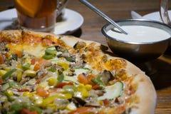Χορτοφάγος πίτσα με τη σάλτσα σκόρδου Στοκ Φωτογραφία