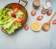 Χορτοφάγος σαλάτα συστατικών με τη φράουλα, τις ντομάτες κερασιών, το λεμόνι και τα καρυκεύματα, τα υγιή τρόφιμα και το τοπ διάστ Στοκ Φωτογραφίες
