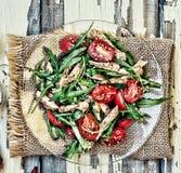 Χορτοφάγος σαλάτα Σαλάτα του κόκκινου πιπεριού, του arugula και των φρέσκων λαχανικών κατανάλωση υγιής Μια φρέσκια σαλάτα των κόκ Στοκ Φωτογραφία
