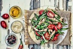 Χορτοφάγος σαλάτα Σαλάτα του κόκκινου πιπεριού, του arugula και των φρέσκων λαχανικών κατανάλωση υγιής Μια φρέσκια σαλάτα των κόκ Στοκ εικόνα με δικαίωμα ελεύθερης χρήσης