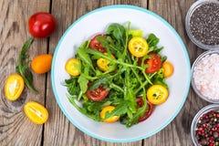 Χορτοφάγος σαλάτα με το arugula, τα κουμκουάτ και τις ντομάτες Στοκ Φωτογραφία