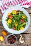 Χορτοφάγος σαλάτα με το arugula, τα κουμκουάτ και τις ντομάτες Στοκ φωτογραφία με δικαίωμα ελεύθερης χρήσης