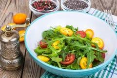 Χορτοφάγος σαλάτα με το arugula, τα κουμκουάτ και τις ντομάτες Στοκ Εικόνες