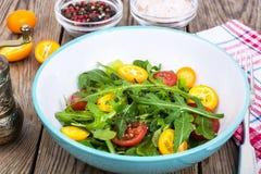 Χορτοφάγος σαλάτα με το arugula, τα κουμκουάτ και τις ντομάτες Στοκ Φωτογραφίες