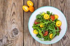 Χορτοφάγος σαλάτα με το arugula, τα κουμκουάτ και τις ντομάτες Στοκ εικόνα με δικαίωμα ελεύθερης χρήσης