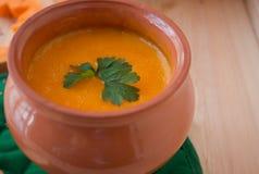 Χορτοφάγος σούπα κρέμας από μια κολοκύθα με τις φρυγανιές Στοκ Εικόνα