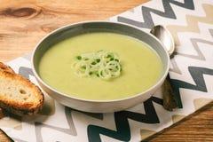Χορτοφάγος σούπα κρέμας με το πράσο, τις πατάτες και το πράσινο μπιζέλι Στοκ φωτογραφία με δικαίωμα ελεύθερης χρήσης
