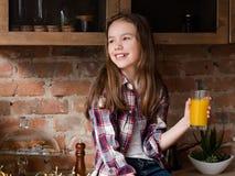 Χορτοφάγος vegan οργανικός χυμός από πορτοκάλι παιδιών διατροφής στοκ εικόνες
