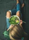 Χορτοφάγο γεύμα προγευμάτων με το σπανάκι, το arugula, το αβοκάντο, τους σπόρους και τους νεαρούς βλαστούς Στοκ φωτογραφίες με δικαίωμα ελεύθερης χρήσης