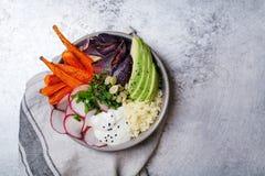 Χορτοφάγο κύπελλο για το μεσημεριανό γεύμα με τα ψημένα καρότα Στοκ εικόνες με δικαίωμα ελεύθερης χρήσης